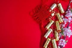 El ciruelo chino de las decoraciones del festival del Año Nuevo florece en rojo con Foto de archivo