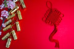 El ciruelo chino de las decoraciones del festival del Año Nuevo florece en rojo con Imagenes de archivo