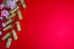 El ciruelo chino de las decoraciones del festival del Año Nuevo florece en rojo con Imagen de archivo