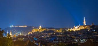 El Citadella, el castillo de Buda y de Matthias Church y el bastión del pescador en una foto por luz del día - Budapest Imagenes de archivo