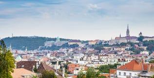 El Citadella, el castillo de Buda y de Matthias Church y el bastión del pescador en una foto por luz del día - Budapest, Hungría Imagen de archivo