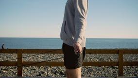 El ciudadano es cuerda de salto en playa de la ciudad cerca de mar por mañana almacen de metraje de vídeo