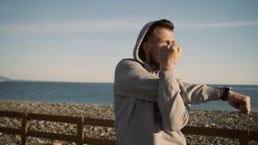 El ciudadano está haciendo se resuelve al aire libre cerca del mar por mañana del verano metrajes