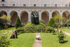 El claustro de la entrada de Monte Cassino Abbey y la muerte del santo Benedict Statue Italia Fotos de archivo libres de regalías