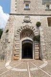 El claustro de la entrada de Monte Cassino Abbey y la muerte del santo Benedict Statue Monte Cassino, Italia Fotos de archivo