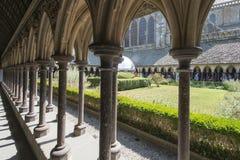 El claustro de Mont Saint Michel Abbey, Francia Imagen de archivo libre de regalías