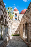 El claustro del degli árabe-normando Eremiti de San Giovanni de la iglesia en Palermo fotos de archivo libres de regalías