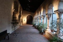 El claustro en los claustros encontrados foto de archivo