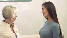 El cliente bastante femenino dice adiós con el consultor y sale metrajes