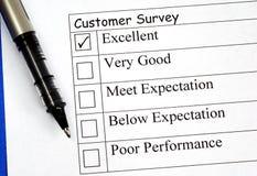 El cliente completa la encuesta sobre el feedback Foto de archivo