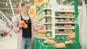 El cliente compra frutas frescas almacen de metraje de vídeo