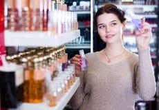 El cliente de la mujer está buscando para el perfume fuerte Imagenes de archivo