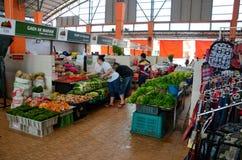 El cliente de la mujer examina y elige el mercado Kuching Malasia de Satok de las verduras frescas imagen de archivo