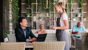 El cliente está hablando con una camarera en un restaurante metrajes
