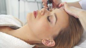 El cliente femenino consigue procedimiento ultrasónico de la cavitación almacen de video