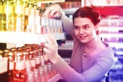 El cliente femenino está buscando para el perfume fuerte Foto de archivo libre de regalías