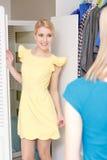 El cliente intenta el nuevo vestido Imagen de archivo libre de regalías