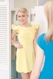 El cliente intenta el nuevo vestido Imagen de archivo