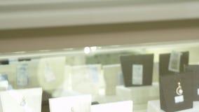 El cliente paga jewerly en el boutique almacen de metraje de vídeo