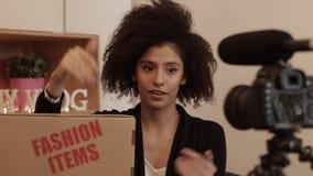 El cliente revisa su pedido en línea de los artículos de la moda almacen de video