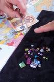 El cliente y el vendedor negocian la compra de un lote de preciou Foto de archivo libre de regalías