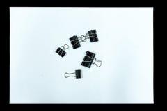 El clip de papel y el Libro Blanco se aísla en fondo negro Foto de archivo