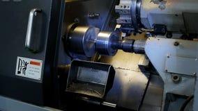 El CNC moderno del torno muele la pieza de metal para la ingeniería industrial, industria, metalurgia almacen de video