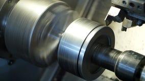 El CNC moderno del torno muele la pieza de metal para la ingeniería industrial, industria, metalurgia almacen de metraje de vídeo