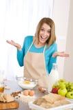 El cocer al horno - mujer sorprendida con los ingredientes Imágenes de archivo libres de regalías