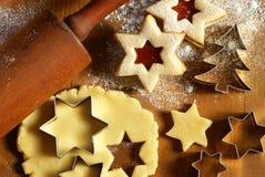 El cocer de las galletas Imagenes de archivo