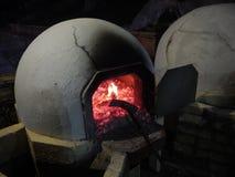 El cocer tradicional de los pasteles tradicionales de los Años Nuevos en napa del agia Foto de archivo