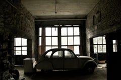 El coche abandonado viejo en un garaje olvidado se fue para siempre imágenes de archivo libres de regalías
