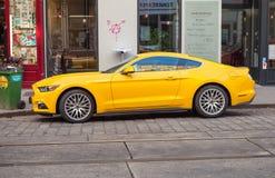 El coche amarillo brillante 2015 de Ford Mustang se coloca en ciudad Imagenes de archivo