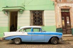 El coche americano viejo parqueó en la calle cubana fotos de archivo