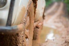 El coche campo a través sucio, SUV cubrió con fango en el camino del campo, de fotografía de archivo