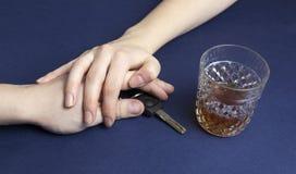 El coche cierra el alcohol y las manos bebidos fotografía de archivo