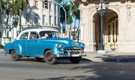 El coche clásico azul americano de Chevrolet con el tejado blanco drived en la calle principal en Havana City Cuba - el reportaje Foto de archivo