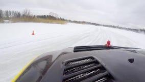El coche conduce por la pista helada en el lago nevado en el invierno El competir con de coche deportivo en circuito de carreras  almacen de metraje de vídeo
