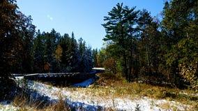 El coche conduce sobre el primer puente de la carretera sobre el río Misisipi en parque de estado de Itasca en Minnesota
