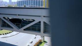 El coche conduce sobre el puente en el estacionamiento almacen de metraje de vídeo
