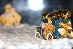 El coche conducido en los regalos y los juguetes de la tarde imágenes de archivo libres de regalías