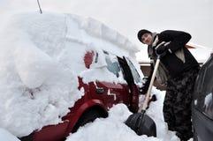 El coche cowered la nieve Imágenes de archivo libres de regalías