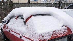 El coche, cubierto con la capa gruesa de nieve Consecuencia negativa de nevadas pesadas Coches estacionados fotografía de archivo