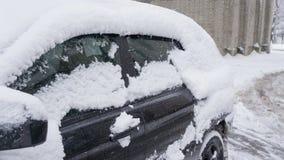 El coche, cubierto con la capa gruesa de nieve Consecuencia negativa de nevadas pesadas coches parqueados cubiertos con nieve dur fotografía de archivo libre de regalías