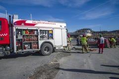 El coche de bomberos con el equipo se prepara, la foto 25 Fotografía de archivo