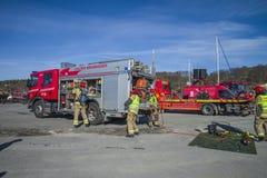 El coche de bomberos con el equipo se prepara, la foto 24 Fotografía de archivo