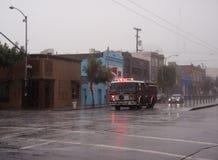 El coche de bomberos de SFFD compite con abajo de la cuarta calle en lluvia Imagen de archivo libre de regalías