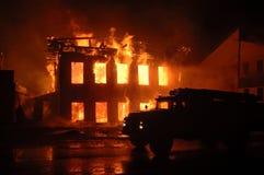 El coche de bomberos en el fuego imagen de archivo