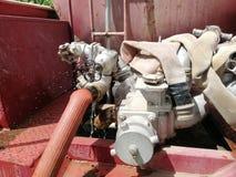El coche de bomberos de la bomba de agua está funcionando imagen de archivo libre de regalías