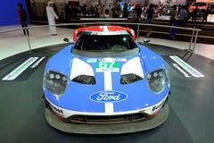 El coche de carreras de Ford GT está en el salón del automóvil 2017 de Dubai Imagen de archivo libre de regalías